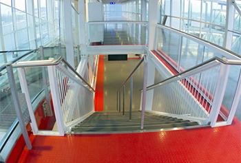 На лестнице и эскалаторе